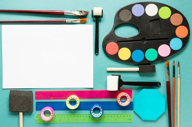 Malowanie paletą kolorów za pomocą kartki papieru