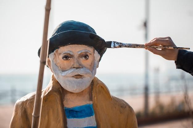 Malowanie pomnika starego rybaka.