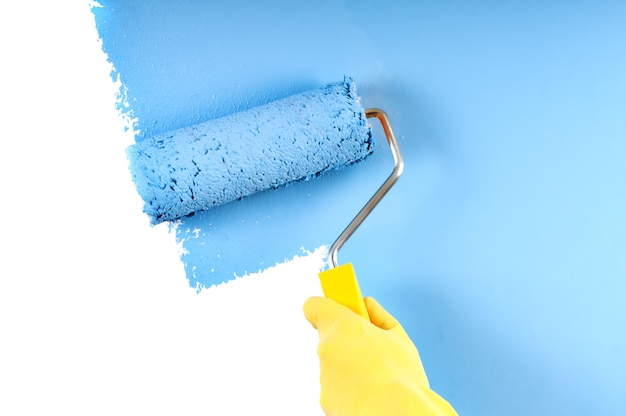 Malowanie ścian w kolorze niebieskim z wałkiem