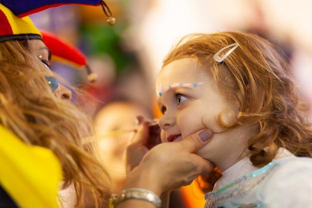 Malowanie twarzy dla małej dziewczynki.