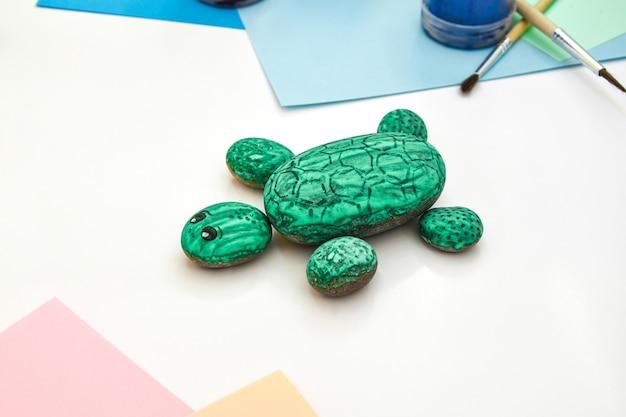 Malowanie żółwia zielonego jak skała na kamieniu krok po kroku