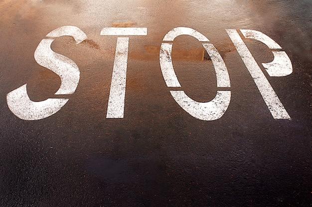 Malowany na podłodze znak stopu to miejska ulica