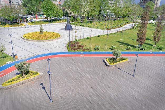 Malowany znak wskazujący pasy rowerowe i piesze lub biegowe w parku miejskim