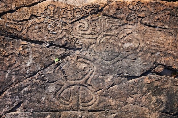 Malowidła naskalne starożytnych cywilizacji. wykonane przez aborygenów ameryki środkowej przez indian taino. obejmuje starożytne litery, znaki i symbole.