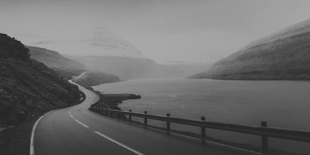 Malownicza autostrada nad jeziorem w czerni i bieli?