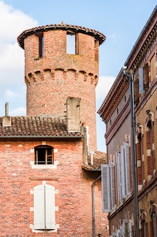Malownicza ceglana wieża góruje nad innymi budynkami na starym mieście albi we francji