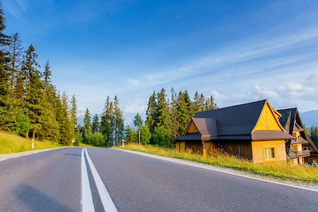 Malownicza droga w górach. widok na góry