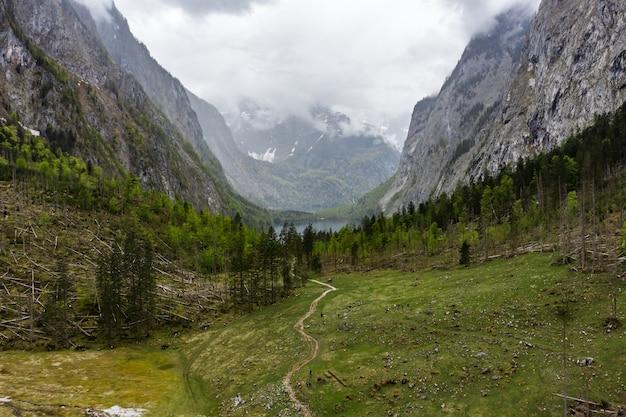 Malownicza górska panorama z zielonymi łąkami i idyllicznym turkusem
