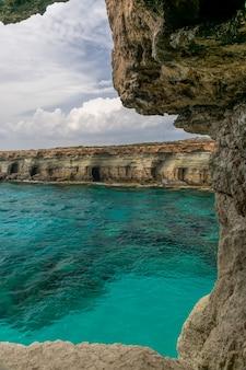 Malownicza jaskinia położona jest nad brzegiem morza śródziemnego.