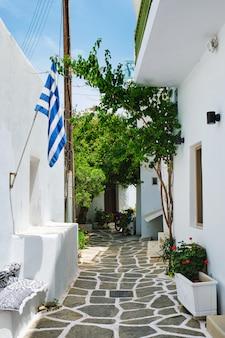 Malownicza naousa grodzka ulica na paros wyspie, grecja