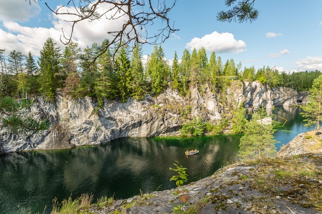 Malownicza panorama kanionu marmuru z malowniczym jeziorem w republice karelii w rosji.