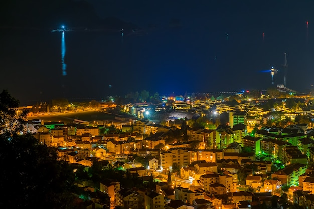 Malownicza panorama nocnego miasta ze szczytu góry.