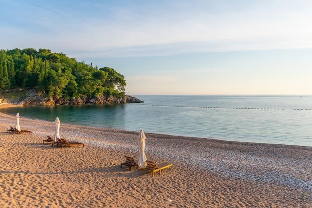 Malownicza plaża królewska na wybrzeżu adriatyku.