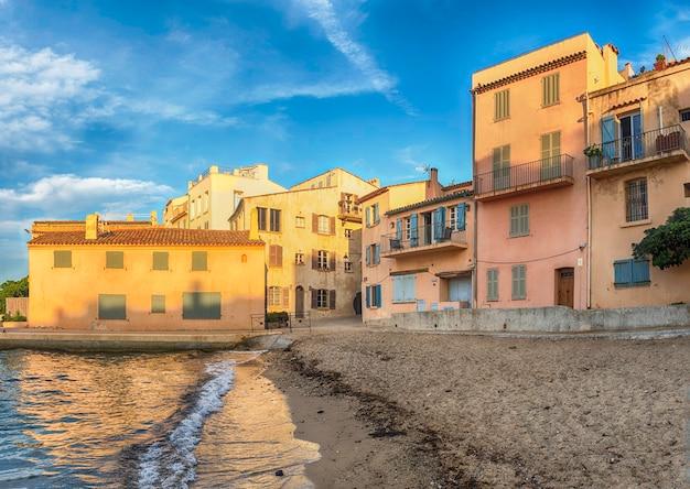 Malownicza plaża la ponche w centrum saint-tropez na lazurowym wybrzeżu we francji. miasto jest znanym na całym świecie kurortem dla europejskich i amerykańskich odrzutowców i turystów