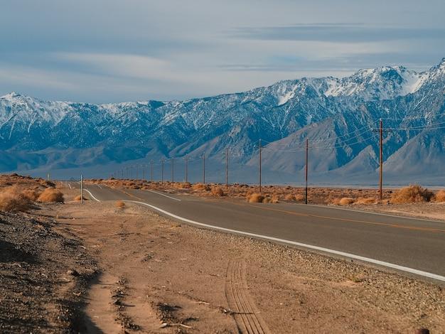 Malownicza pusta droga na pustyni w dolinie śmierci w stanach zjednoczonych