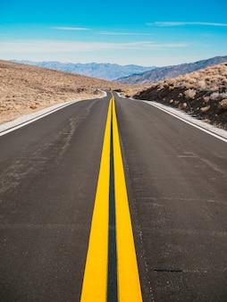 Malownicza pusta droga na pustyni w dolinie śmierci