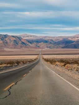 Malownicza pusta droga w dolinie śmierci z widokiem na wzgórza