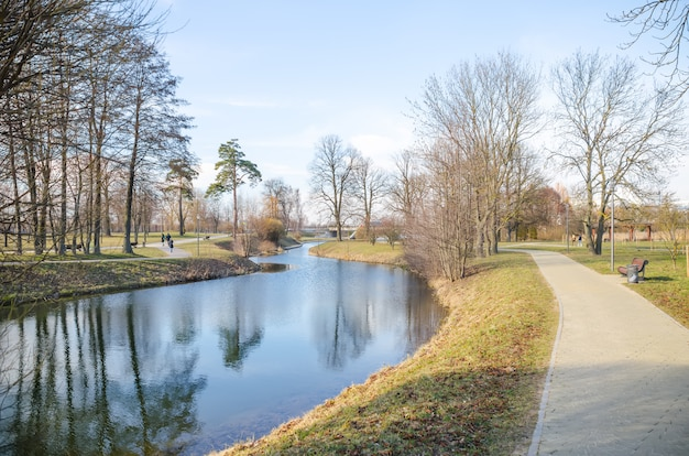 Malownicza rzeka svisloch w mińskim parku zwycięstwa (białoruś)