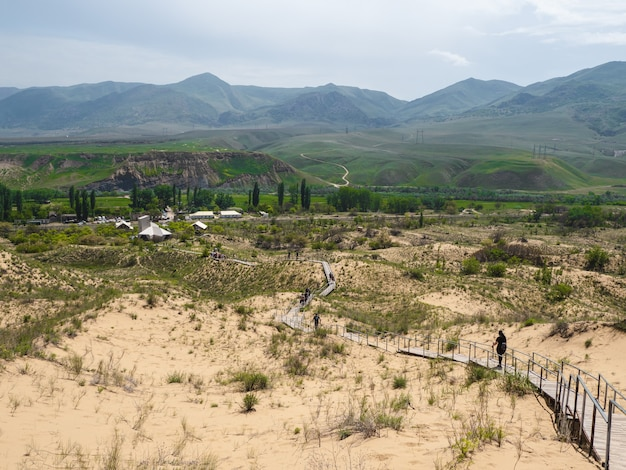 Malownicza ścieżka do barkhana sarykum. piaskowa góra na kaukazie. dagestan, rosja.
