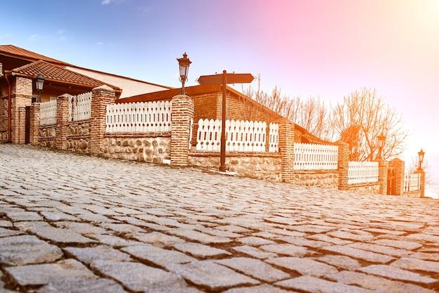 """Malownicza ulica w sighnaghi (signagi), kacheti, gruzja. sighnaghi jest znane w gruzji jako """"miasto miłości"""". europa. podróże. rozbłysk słoneczny"""