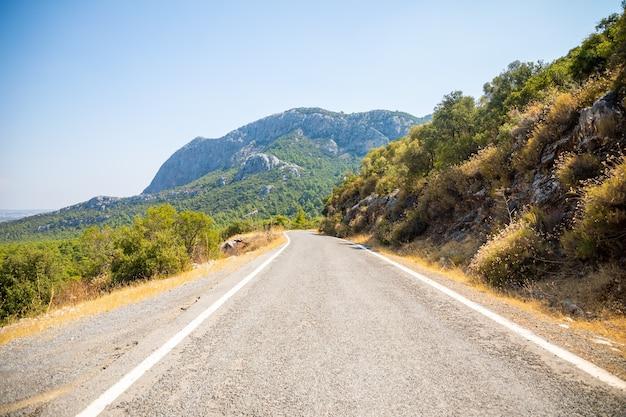 Malownicza wąska utwardzona droga w parku narodowym termessos w turcji.