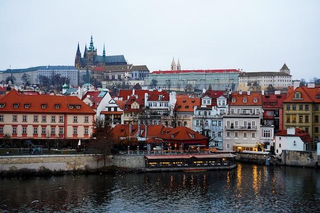 Malownicza wieczorna panorama architektury starego miasta z wełtawą w pradze, republika czeska