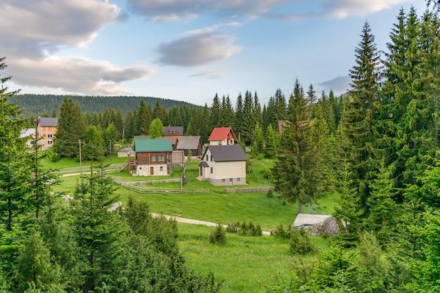 Malownicza wioska znajduje się w iglastym lesie górskim.