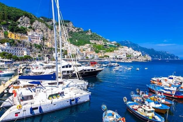 Malownicze amalfi, widok z przystani i łodziami żaglowymi, włochy