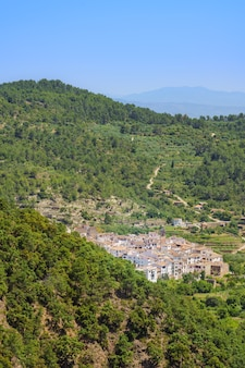 Malownicze białe miasto na wsi ain comunidad valenciana hiszpania