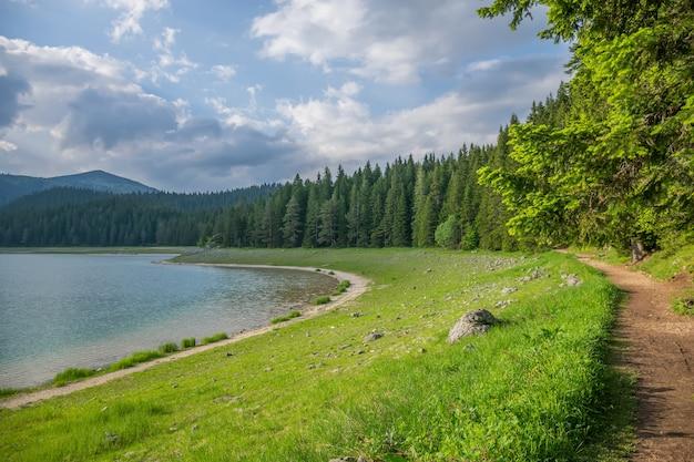 Malownicze czarne jezioro znajduje się w parku narodowym durmitor