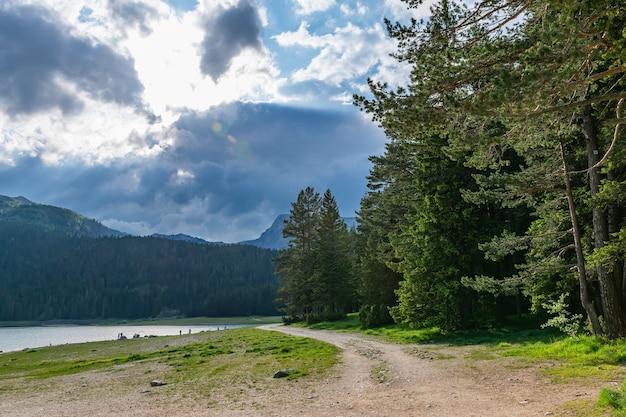 Malownicze czarne jezioro znajduje się w parku narodowym durmitor.
