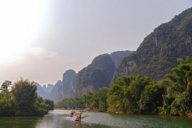 Malownicze doliny górskie yangshuo, guilin, górska rzeka do raftingu