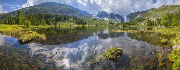 Malownicze górskie jezioro w letni poranek