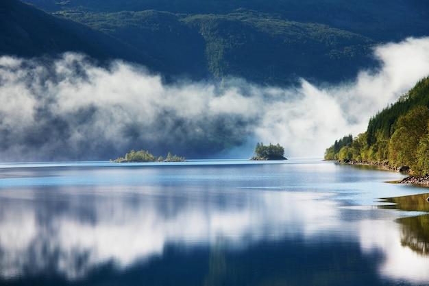 Malownicze górskie jezioro w norwegii