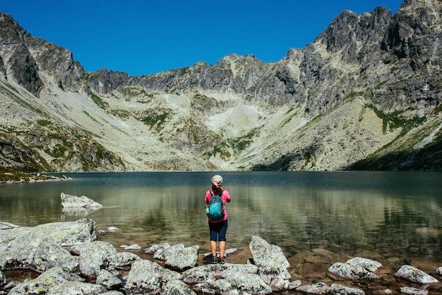 Malownicze górskie jezioro. wysokie skały. piękny krajobraz.