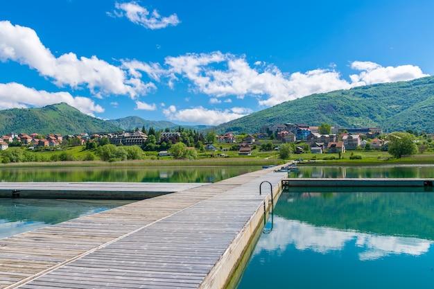 Malownicze górskie jezioro znajduje się w dolinie wśród gór.
