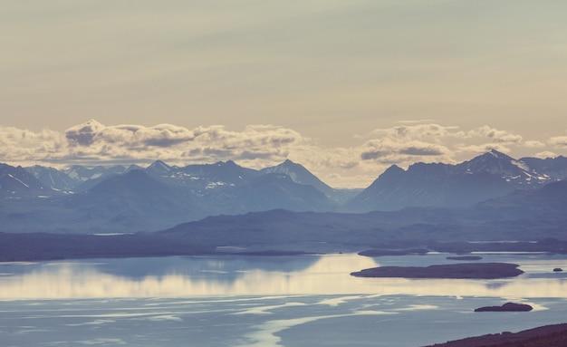 Malownicze góry alaski latem. pokryte śniegiem masywy, lodowce i skaliste szczyty.
