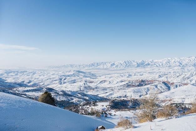 Malownicze góry tien shan w uzbekistanie, pokryte śniegiem, zima bezchmurna słoneczny dzień
