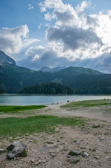 Malownicze jezioro czarne w parku narodowym durmitor wśród gór.