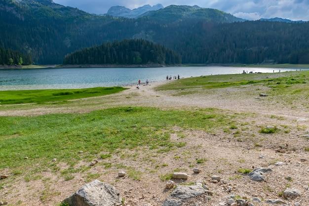 Malownicze jezioro czarne znajduje się w parku narodowym durmitor.