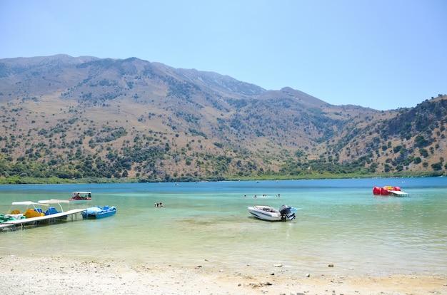 Malownicze jezioro kournas na krecie (grecja)