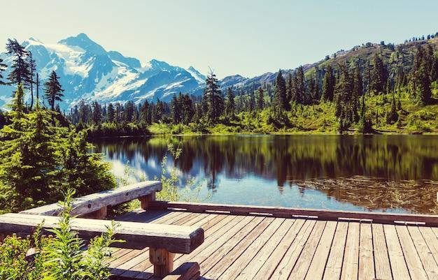 Malownicze jezioro obrazkowe z odbiciem góry shuksan w waszyngtonie, usa