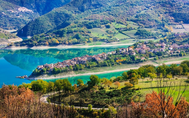 Malownicze jezioro turano i wioska colle di tora. prowincja rieti, włochy