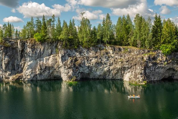 Malownicze jezioro w ruskeala mountain park, karelia.