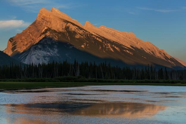 Malownicze kanadyjskie góry latem