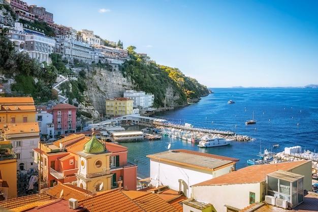 Malownicze krajobrazy zatoki neapolitańskiej i sorrento we włoszech