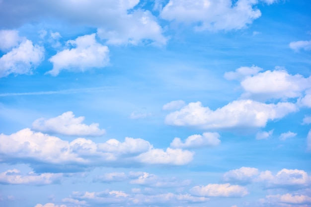 Malownicze letnie niebo z chmurami. chmura, tylko niebo
