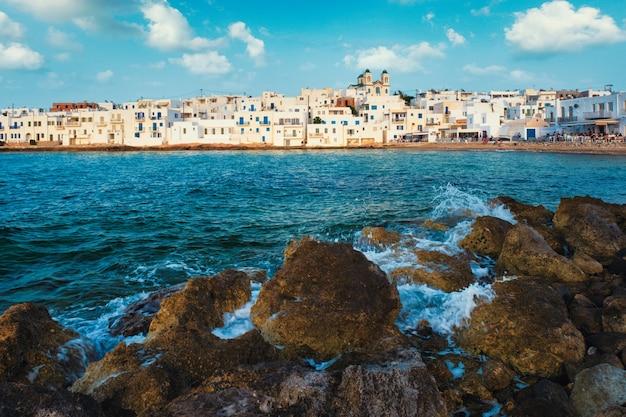 Malownicze miasteczko naousa na greckiej wyspie paros