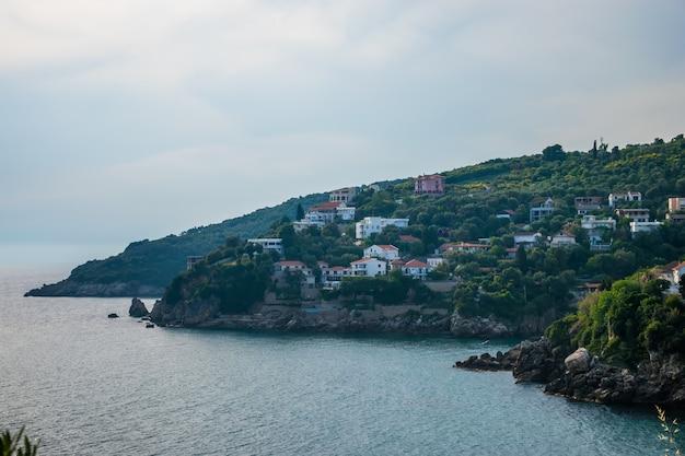Malownicze miasto położone jest na nadmorskim zboczu góry.