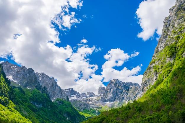 Malownicze ośnieżone szczyty wysokich gór.